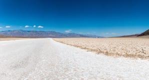 恶水盆地是一个水池在死亡谷国家公园 免版税图库摄影