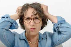 恼怒一名中年的妇女的画象 免版税图库摄影