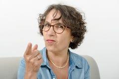 恼怒一名中年的妇女的画象 免版税库存图片
