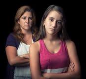 恼怒十几岁的女孩和她的母亲哀伤和 免版税库存照片
