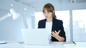 恼怒在工作,年轻女性起反应对损失 库存图片