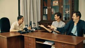 恼怒白色的衬衣的电影导演责骂在电影剧本的办公室工作者 股票视频
