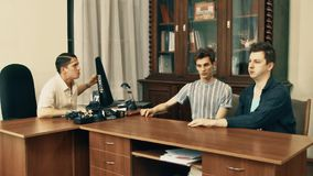 恼怒白色的衬衣的电影导演责骂在电影剧本的办公室民工 影视素材