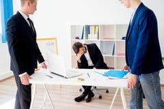 恼怒的上司在办公室 库存图片