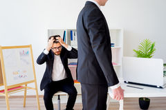 恼怒的上司在办公室 库存照片