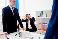 恼怒的上司在办公室 图库摄影