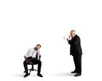 恼怒的上司尖叫对懒惰工作者 免版税库存图片