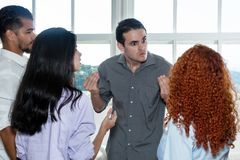 恼怒的上司谈话与队的懒惰雇员 免版税库存图片