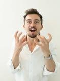 恼怒的人纵向年轻人 某人的恼怒的呼喊的人 打手势用在白色背景的手的叫喊的人 库存照片