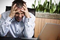 恼怒的企业计算机infront经理办公室 免版税库存图片