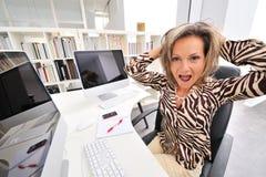 恼怒的办公室妇女 库存照片