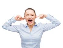 恼怒的叫喊的女实业家 免版税库存照片