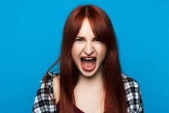 恼怒的叫喊的妇女 愤怒情感 免版税库存照片