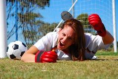 恼怒的叫喊的足球运动员 免版税库存照片
