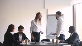 恼怒的同事辨证关于在文件的差错在办公室会议上 影视素材
