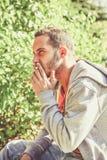 恼怒的吸烟者 免版税图库摄影