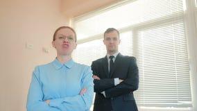 恼怒的商人、男人和妇女在办公室,尖叫对照相机特写镜头 影视素材