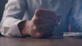 恼怒的商人敲打的拳头在桌上的在慢动作 股票视频