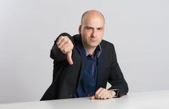 恼怒的商人显示他的拇指下来 免版税库存图片