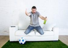 恼怒的在拿着啤酒的电视上的橄榄球狂热爱好者观看的比赛打手势翻倒和疯狂恼怒抱怨 免版税库存图片