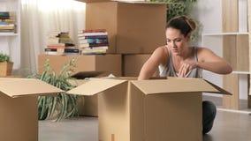 恼怒的在离婚以后的妇女移动的家 股票视频