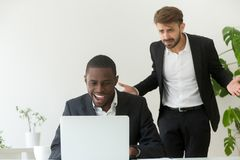 恼怒的在网上招待上司传染性的非洲的雇员  免版税库存图片