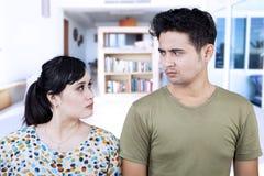 恼怒的夫妇特写镜头在家 免版税库存图片