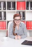 恼怒的女商人上司在办公室 免版税库存照片