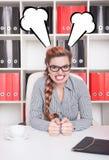 恼怒的女商人上司在办公室 免版税库存图片