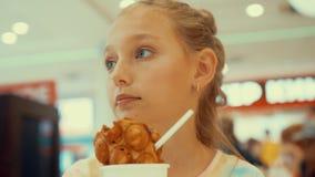 恼怒的女孩冰淇凌谈话咖啡馆特写镜头画象 股票录像