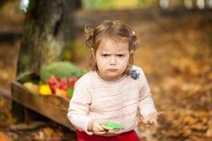 恼怒的女孩在秋天公园 库存照片