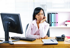 恼怒的女实业家服务台 免版税库存照片