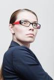 恼怒的女实业家画象戴眼镜的 库存照片