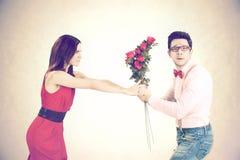 恼怒的妇女为华伦泰` s天拒绝玫瑰 库存图片