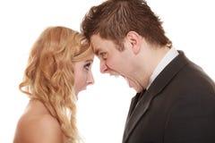 恼怒的妇女人叫喊对彼此 愤怒新娘新郎 图库摄影