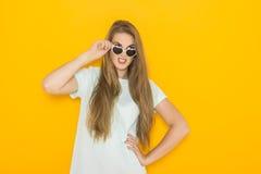 年轻恼怒的妇女佩带的太阳镜五颜六色的画象  夏天秀丽概念 库存照片