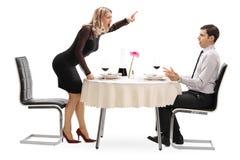 恼怒的妇女叫喊对她的男朋友 免版税库存图片
