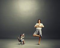 恼怒的妇女和镇静妇女 免版税库存照片