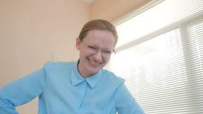 恼怒的妇女嘲笑某人照相机的,在办公室取笑 股票视频