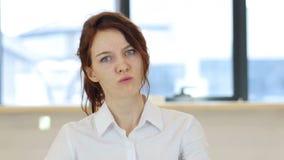 恼怒的妇女在办公室,不快乐 股票视频