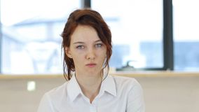 恼怒的妇女在办公室,不快乐 免版税库存图片