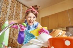 恼怒的妇女在厨房里 免版税库存照片