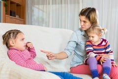 恼怒的妇女感到羞耻的孩子 免版税库存图片