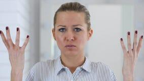 恼怒的妇女画象在办公室,战斗 库存图片