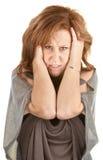 恼怒的妇女藏品她的题头 免版税库存图片