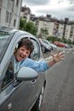 恼怒的妇女驾驶汽车和呼喊在交通堵塞 库存图片
