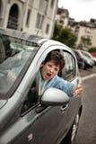 恼怒的妇女驾驶汽车和呼喊 图库摄影