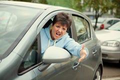 恼怒的妇女驾驶汽车和哭泣 免版税库存照片