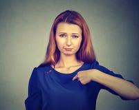 恼怒的妇女,生气,询问问题您谈话与我,您意味我? 免版税库存照片