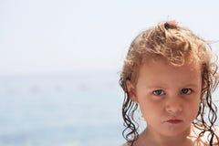 恼怒的小女孩一个家庭海滩假日 库存照片